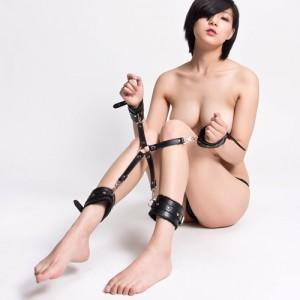 Бондажный набор крест на карабинах с наручниками и поножами черный