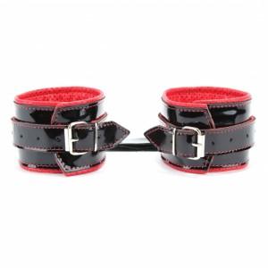 Наручники из черной кожи лак с красными подкладками